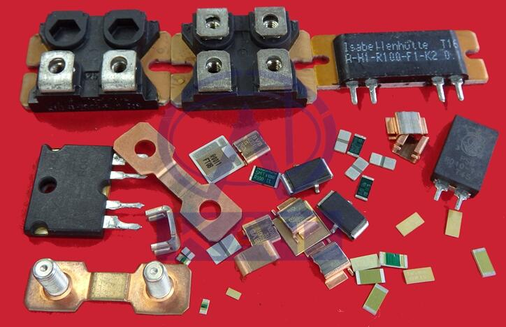 贴片电阻是将金属粉和玻璃铀粉混合,采用丝网印刷法印在基板上制成的电阻器,具有耐潮湿、耐高温、成本小等优点。用户应该怎样识别贴片电阻呢?下面小编就来具体介绍一下贴片电阻的识别方法,希望可以帮助到大家。  贴片元件具有体积小、重量轻、安装密度高,抗震性强.抗干扰能力强,高频特性好等优点,广泛应用于计算机、手机、电子辞典、医疗电子产品、摄录机、电子电度表及VCD机等。贴片元件按其形状可分为矩形、圆柱形和异形三类。按种类分有电阻器、电容器,电感器、晶体管及小型集成电路等。贴片元件与一般元器件的标称方法有所不同。